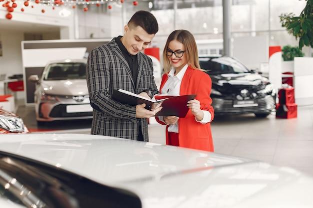 Couple élégant et élégant dans un salon de voiture