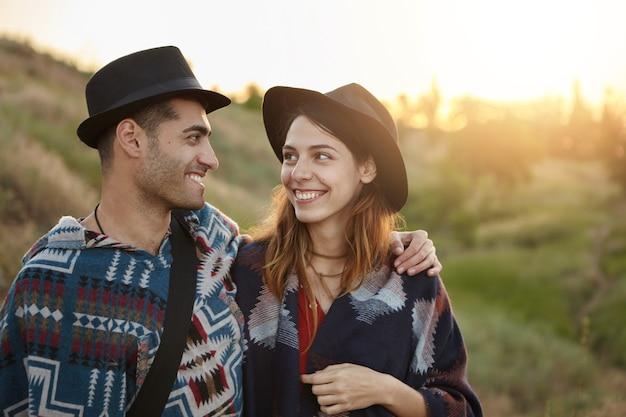 Couple élégant avec guitare sur terrain