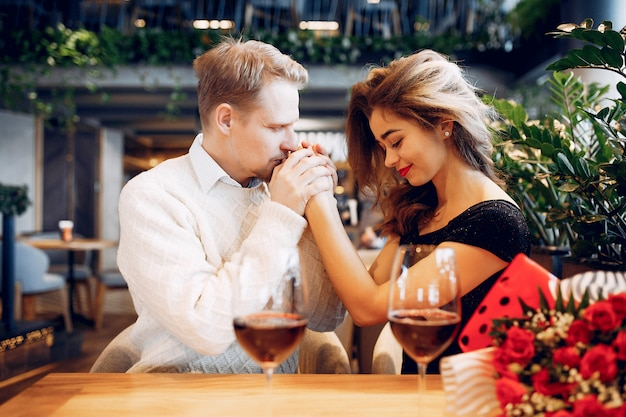 Couple élégant passe du temps dans un restaurant