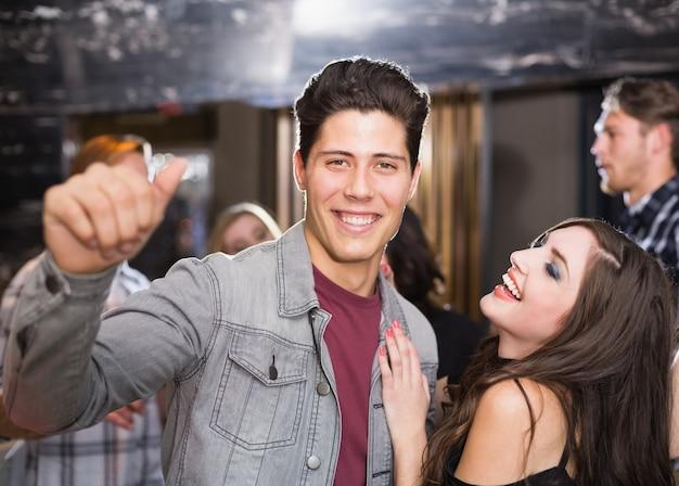 Couple élégant souriant et dansant ensemble