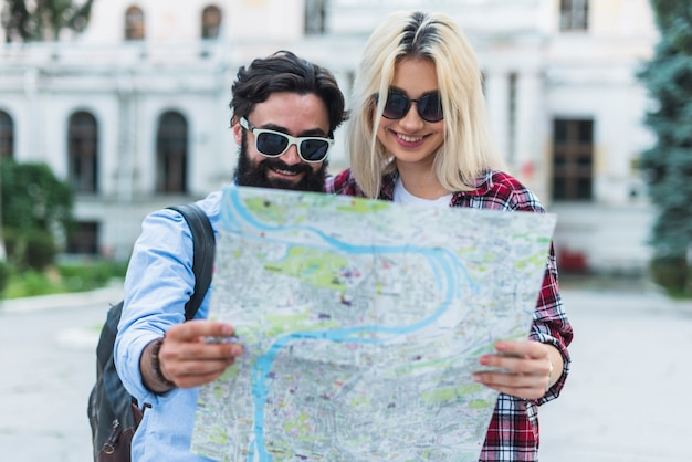 Couple élégant en vacances
