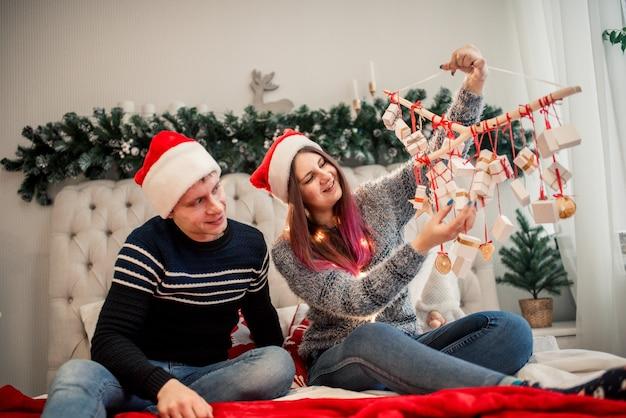 Couple emballant des cadeaux de noël, à la maison. boîte d'artisanat de noël.