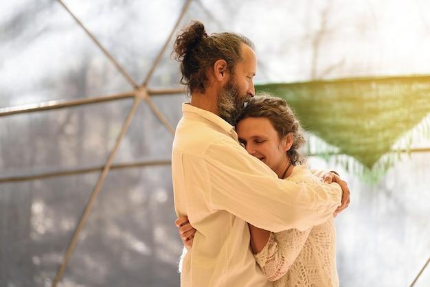 Couple embrassant avec beaucoup d'affection et d'amour dans des vêtements légers.