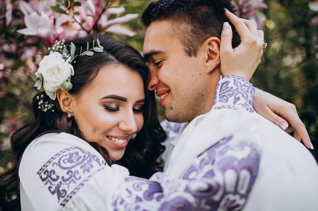 Couple embrassant dans la forêt