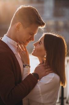 Couple embrassant dehors au bord de la rivière