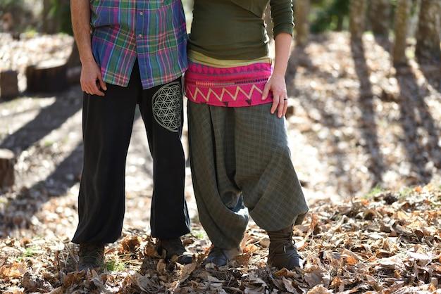 Couple Embrassant Néo-rural Dans La Forêt Avec Des Vêtements Colorés. Photo Premium