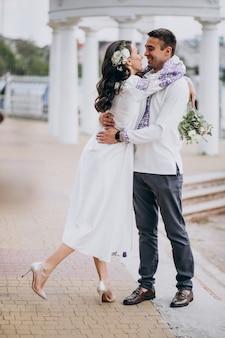 Couple embrassant