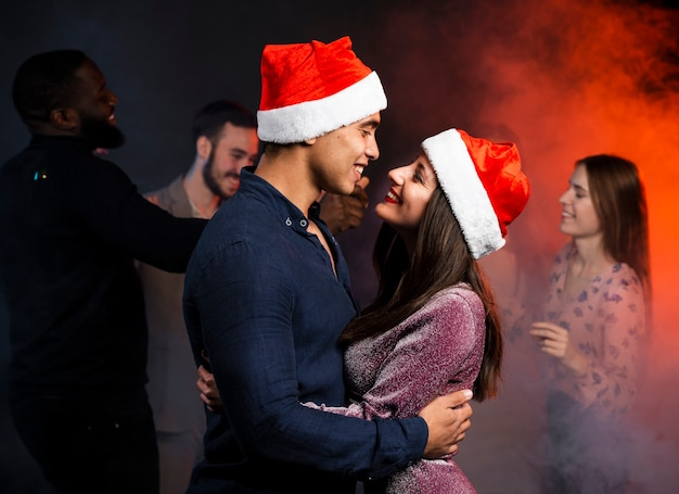 Couple embrassé sur la piste de danse à la fête