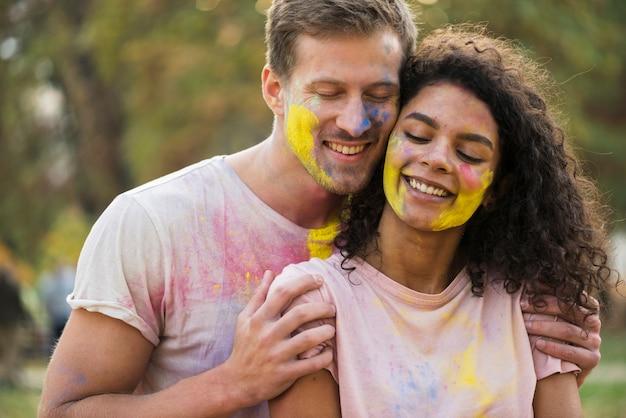 Couple embrassé pour le festival de holi