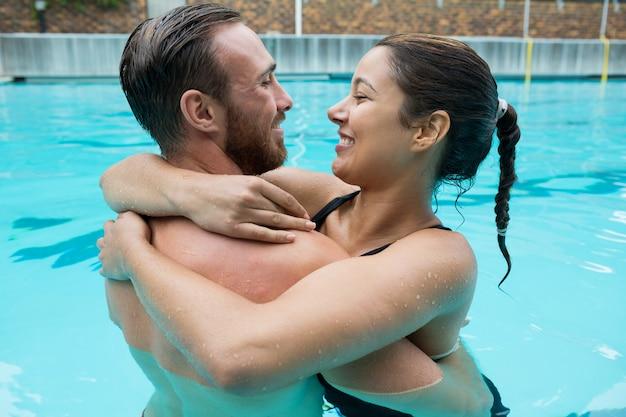 Couple, embrasser, dans, piscine
