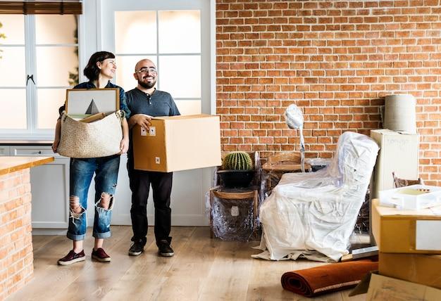 Couple emménageant dans une nouvelle maison