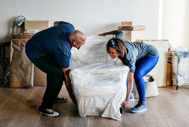 Couple emménager dans une nouvelle maison