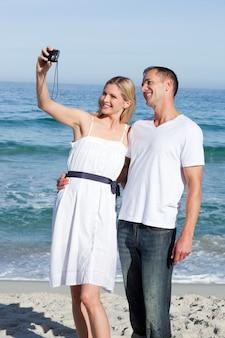 Couple énamouré prenant une photographie