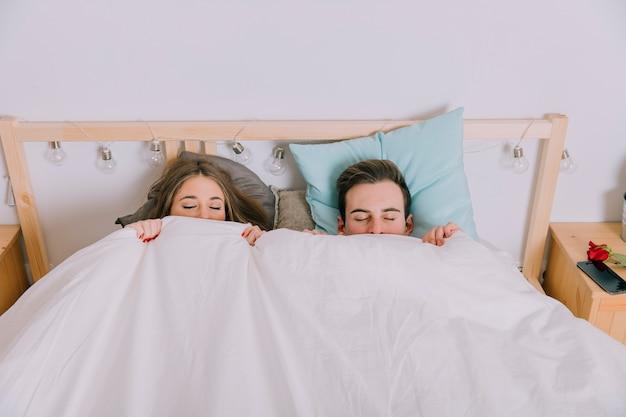 Couple endormi sous couverture