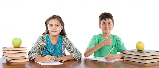 Couple d'enfants étudiants isolés sur blanc