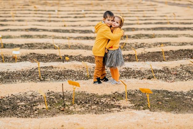Un couple d'enfants posant sur le terrain