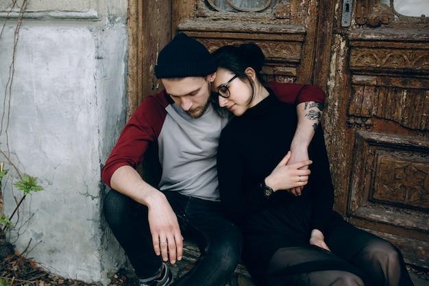 Couple enlacé à côté d'une vieille porte