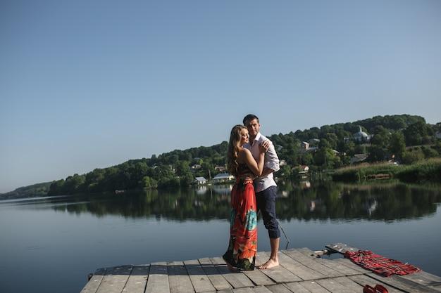 Couple enlacé avec un lac et un fond de montagne
