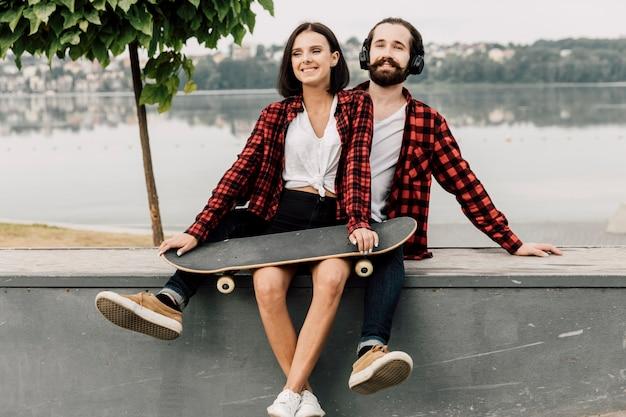 Couple ensemble au bord d'un lac