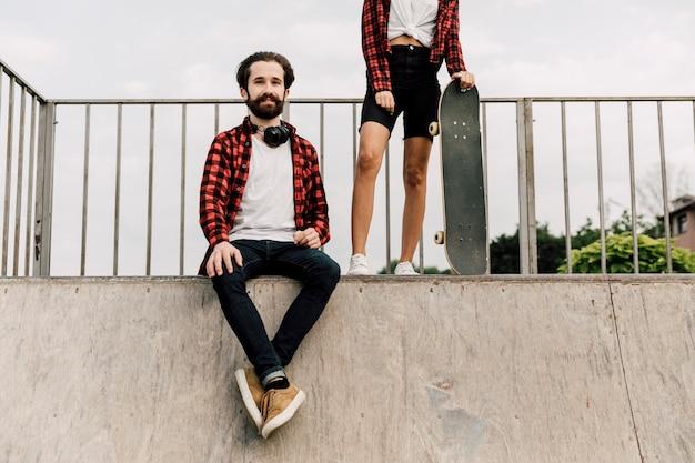 Couple ensemble au skate park