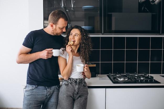 Couple, ensemble, cuisine, boire, café