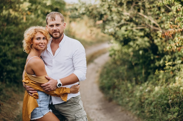 Couple ensemble dans un parc