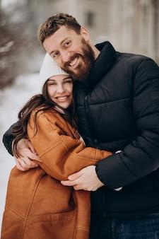 Couple ensemble à l'heure d'hiver en dehors de la rue