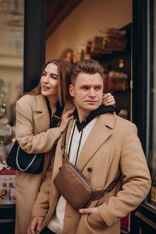 Couple ensemble marchant dans la rue le jour de la saint-valentin
