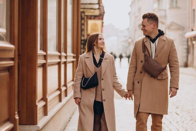 Couple ensemble à noël dans la rue