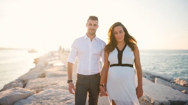 Couple ensemble sur la plage en été