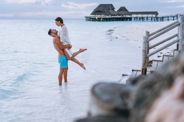 Couple ensemble en vacances au bord de l'océan