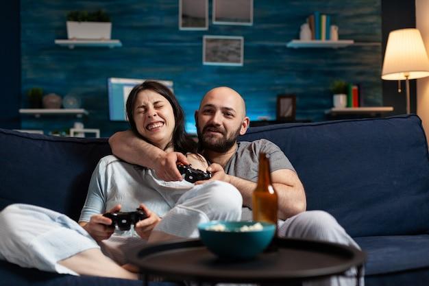 Couple enthousiaste déterminé gagnant des jeux vidéo