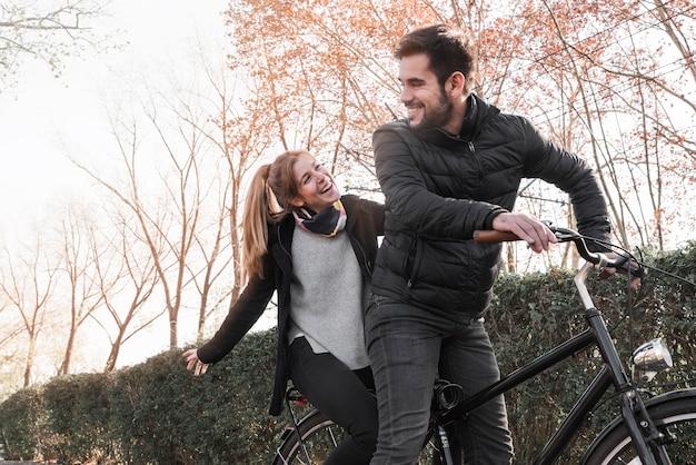 Couple, équitation, cycle, dans parc