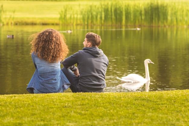 Le couple est assis au bord de la rivière