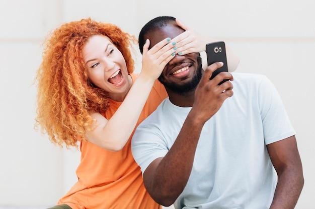 Couple étant joueur tout en prenant un selfie