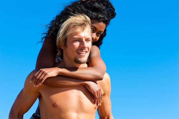 Couple en été à la plage