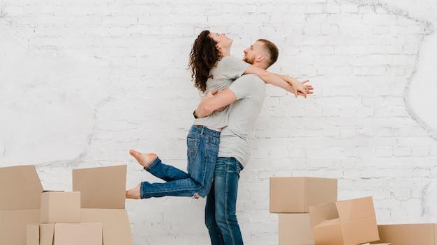 Couple, étreindre, près, boîtes