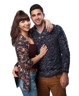 Couple étreintes et souriant