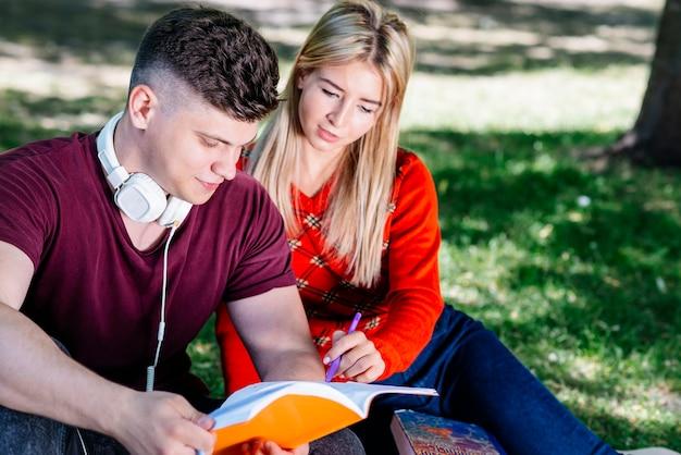 Couple étudiant ensemble dans le parc