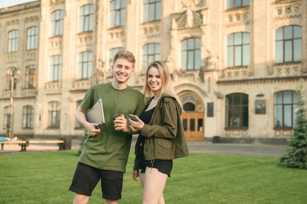 Couple d'étudiants debout près du collège