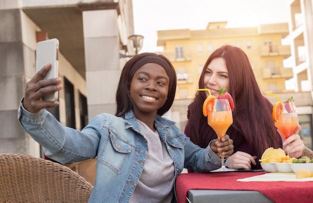 Couple d'étudiants faisant un selfie