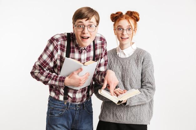 Couple excité de nerds de l'école