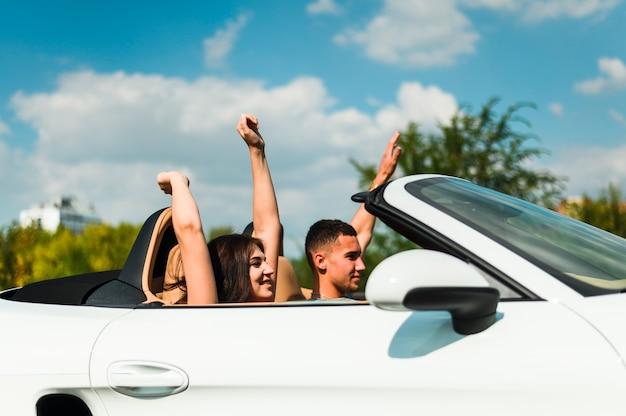 Couple excité voyageant avec une voiture