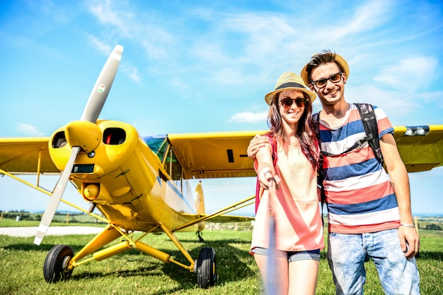 Couple en excursion en avion