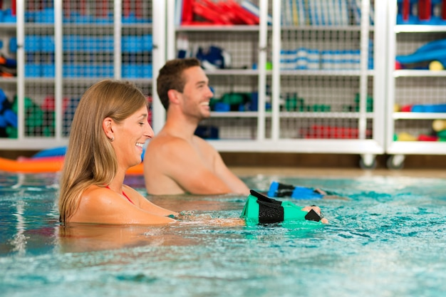 Couple, exercice, aquarobics