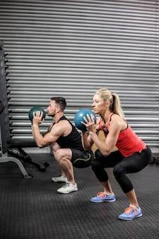 Couple, exercice balle, à, gymnase