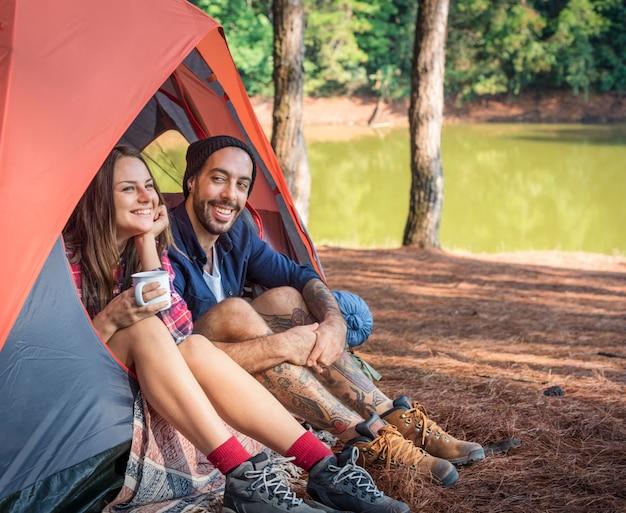 Couple explorant le concept de vacances voyage