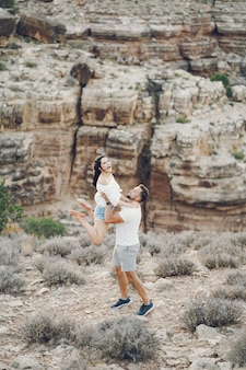 Couple explorant le grand canyon en arizona