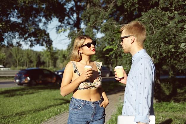 Couple expressif posant dans le parc