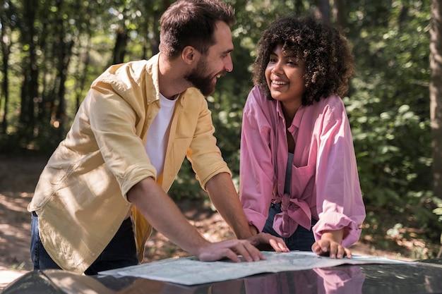 Couple à l'extérieur consulter une carte